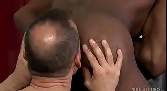 Barbeiro comendo o cu do negão