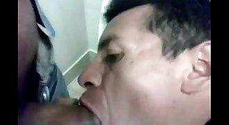 Chupando o coroa gay no banheiro da shopping, movie completo http://zipansion.com/3k0pO