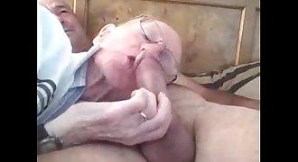 Velho mamando o coroa pauzudo